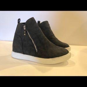 Shoes - Steve Madden look slide tennis shoes
